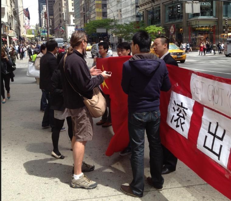 在示威过程中,一些国际友人也前来表达支持,认为中国应该敢于捍卫正当权益。