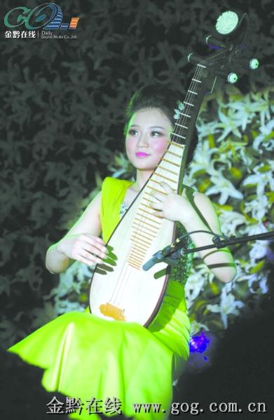 《春雨》,《新十面埋伏》等琵琶曲目在李艺和她的伙伴们的演奏下,让