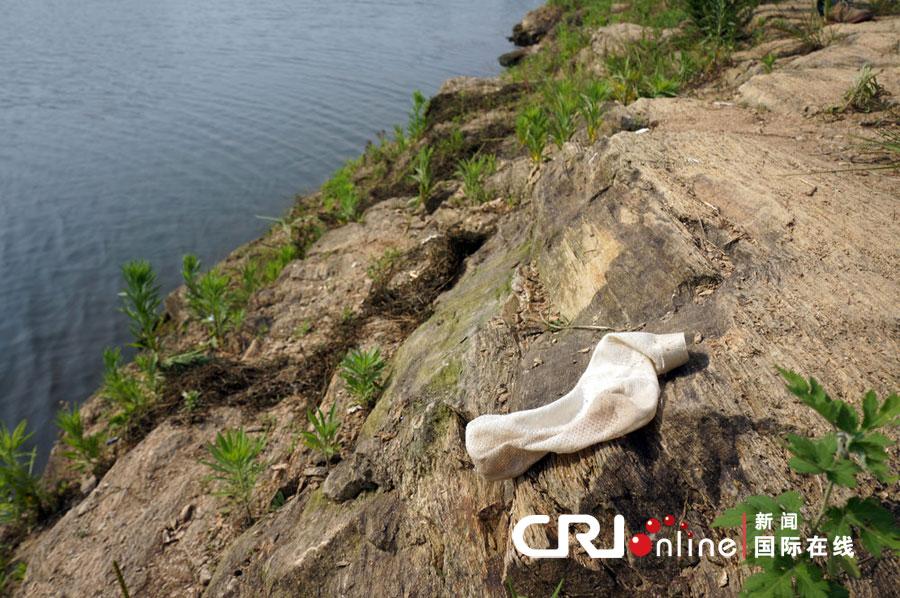2012年05月28日,湖北省孝感市,孩子出事被淹没的河岸边,还残留着一只袜子。图片来源:cfp