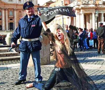 femen组织成员在梵蒂冈抗议