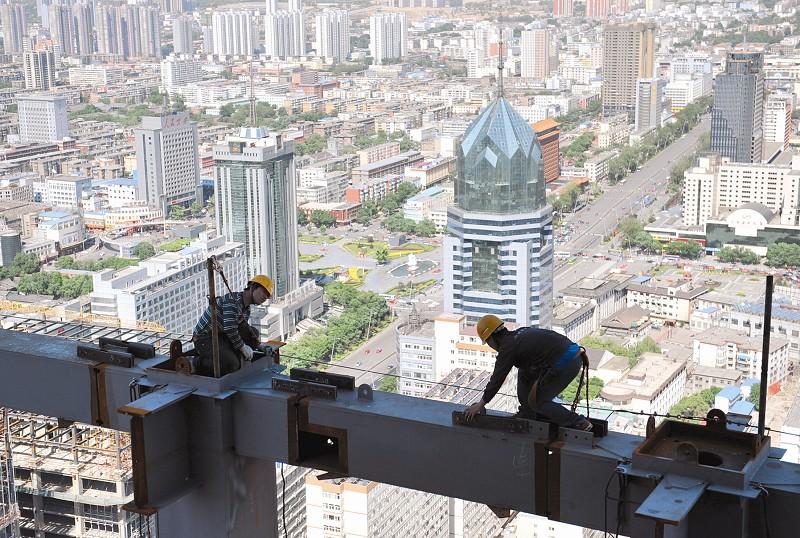 5月23日,施工测量人员在太原湖滨广场工程主体钢结构的200米高空精心作业。在建设这个三晋第一高楼钢结构吊装过程中,工程项目坚持高空作业安全第一,每层钢梁设置安全缆绳,每间隔6层搭设外挑防坠兜网。在每次吊装过程中,配置两名及以上专业信号工,与塔吊司机保持紧密联系。项目要求,高空作业特种人员每天工作时间不得超过八小时,全天采用三组轮班作业的方法,确保工人的正常休息,同时也保证了工程进度。 本报记者 孙荣祥 摄