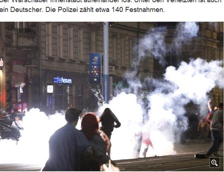 球迷在华沙街头爆发冲突,警方释放催泪弹(网页截图)