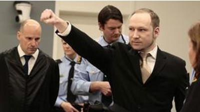 布雷维克在法庭上摆出极右主义手势(资料图)