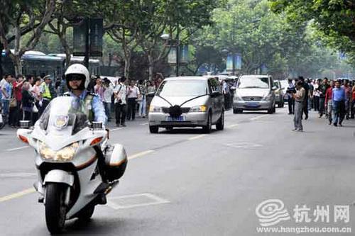 今日,杭州市民送别吴斌的灵车。(图片来源:杭州网)