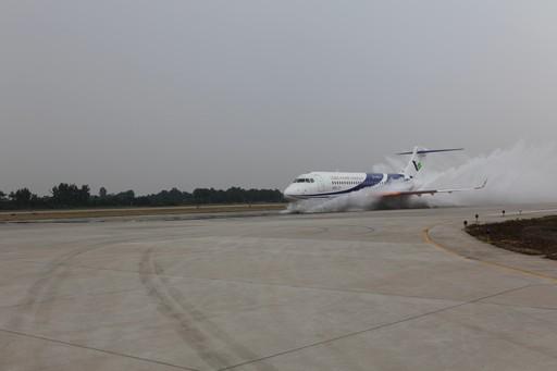 ARJ21开展进气道溅水试验