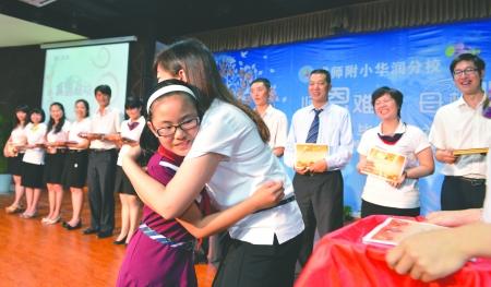 毕业小学生深情拥抱老师