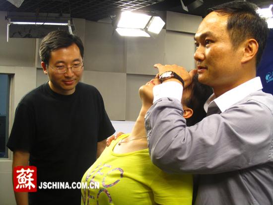 催眠师下达指令。 本网记者 赵筱青摄