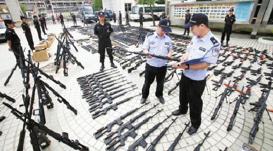 台州警方清点已缴获的仿真枪和弹药