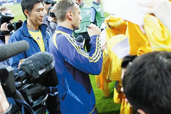 图② 舍普琴科 右 为球迷签名