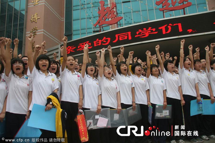 2012高考第一天:高三师生齐喊口号加油(高清组