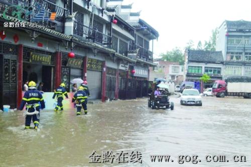 月22日上午,毕节市七星关区海子街街道被淹,居民房屋受到严重威