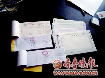 警方从王某住处搜到的各种假发票。 记者 孙淑玉 摄