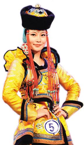 7月6日,为期3天的第九届中国蒙古族服装服饰艺术节暨蒙古族服装服饰大赛,在满洲里落下帷幕。来自内蒙古10个盟市的59个代表队、新疆维吾尔自治区的3个代表队、吉林3个代表队、北京两个代表队报名参赛。入选国家级非物质文化遗产名录的蒙古民族服装服饰具有深厚的民族文化底蕴,美不胜收。 本报记者 贺 勇摄