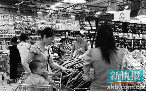 小区菜价高不少业主趁上班空闲时间到城区的大超市买菜 麦...