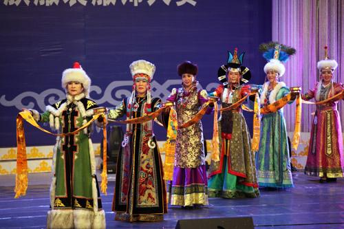 第九届中国蒙古族服装服饰艺术节暨蒙古民族服装服饰大赛开幕图片