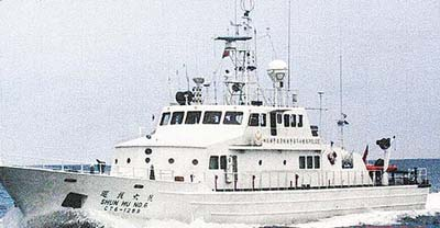 """台湾海巡部门""""巡护六号""""船只昨(6月26日)执行护渔勤务时,遇上日本公务船,双方未冲突。 图片来源:台湾《苹果日报》"""
