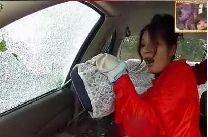 视频显示,用座位头枕的插头插入车窗缝隙并撬动,可使玻璃碎裂。