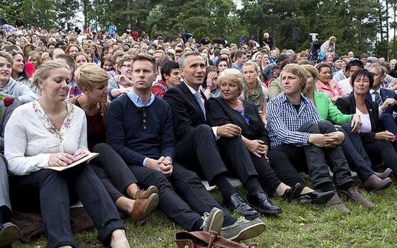 挪威首相斯托尔滕贝格(左4)参加悼念活动