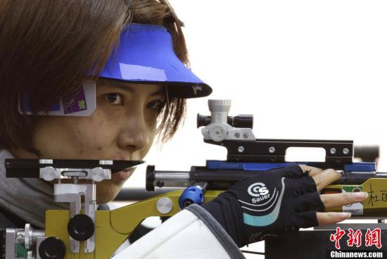 当地时间8月4日,伦敦奥运会女子50米步枪三姿资格赛中,中国选手杜丽排在第13位,无缘决赛。图片来源:东方IC  版权作品 请勿转载