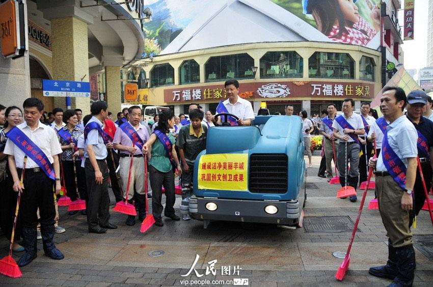广州市长陈建华驾驶清洁车清洁马路。