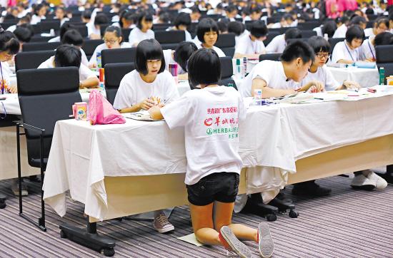 图1.创作比赛中,孩子们专注地进行创作羊城晚报记者 陈秋明 摄