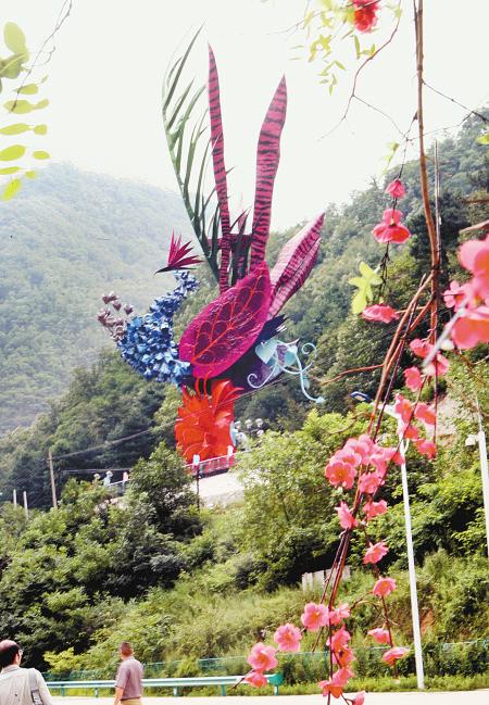 朱雀雕塑昨日在朱雀太平国家森林公园落成.记者 张波 摄