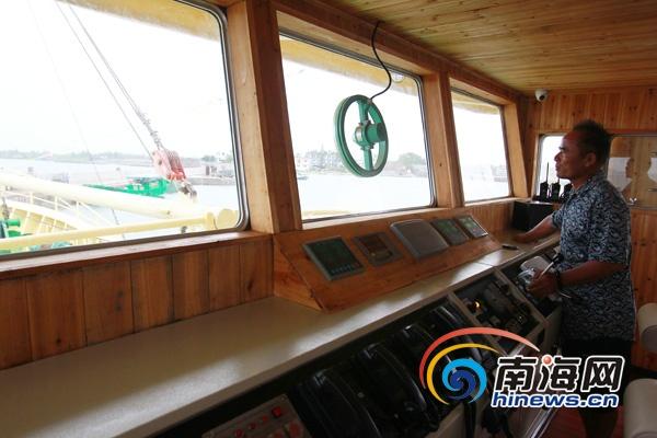 驾驶员在主控室驾驶钢质渔船(南海网记者陈望摄)
