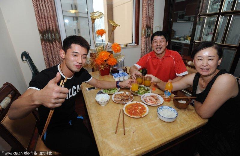 一家人在家团聚的照片-张继科回青岛家中 父母下厨犒劳爱子图片