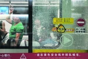 昨日在梅花园地铁站内,爆裂的屏蔽门变成了蜘蛛网状。