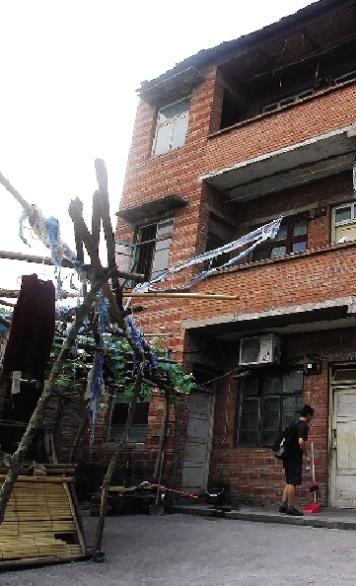 8月10日,重庆市井口镇二塘村,周克华的老家是一栋三层楼的红砖房,房子没有装修。旁边的邻居已搬走了,房屋临时出租给了拆迁户。图/记者刘有志