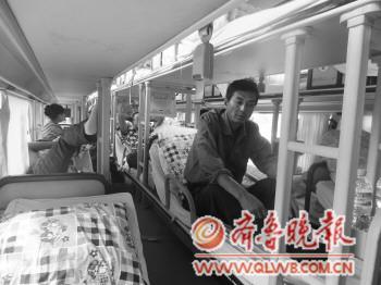 山东滨州的双层卧铺客车与一辆货车发生追尾事故,客车一名司高清图片