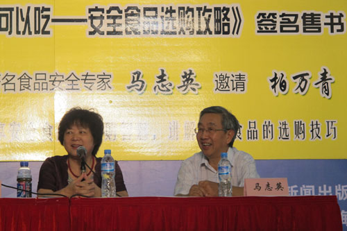 【记者即时播报】柏万青现身上海书展 与专家一起支招