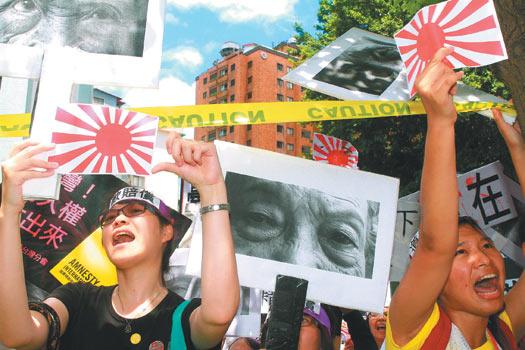 台湾保钓、声援慰安妇等团体近百人,昨天到日本交流协会抗议,要求日本停止侵占钓鱼岛,应记取侵略战争的下场。图片来源:台湾《联合报》