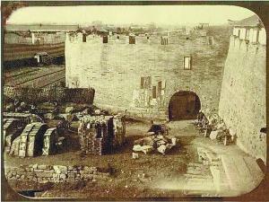 上海城墙建于1553年。上海自治后,多次提出拆城,但受到各方阻力。从1906年正式提出拆城案,到1912年完成拆城工作,可以看出上海地方自治的变化。(右图)