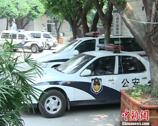殡仪馆告别大厅楼下停满警车。 视频截图 摄