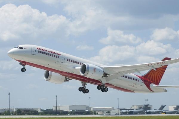 图:印度航空波音787飞机 据《印度时报》报道,19日印度航空(Air India)波音787梦想客机在首天商业航行中竟然出现故障。当飞机推出时,用于防止机上发电设备过热的冷却装置意外失灵了。最终,飞机不得不返回停机位,航班延误了40分钟。 据悉,该架波音787客机的首次飞行是从德里飞往钦奈并返回,之后准备飞往班加罗尔时飞机出现故障。 消息人士称,在印航接收该架飞机之前,该冷却装置已经在美国更换过两次。事实上,当该架飞机于9月8日降落在德里时,另一个电力设备作动筒曾发生故障并进行了更换。印航发言人表示: