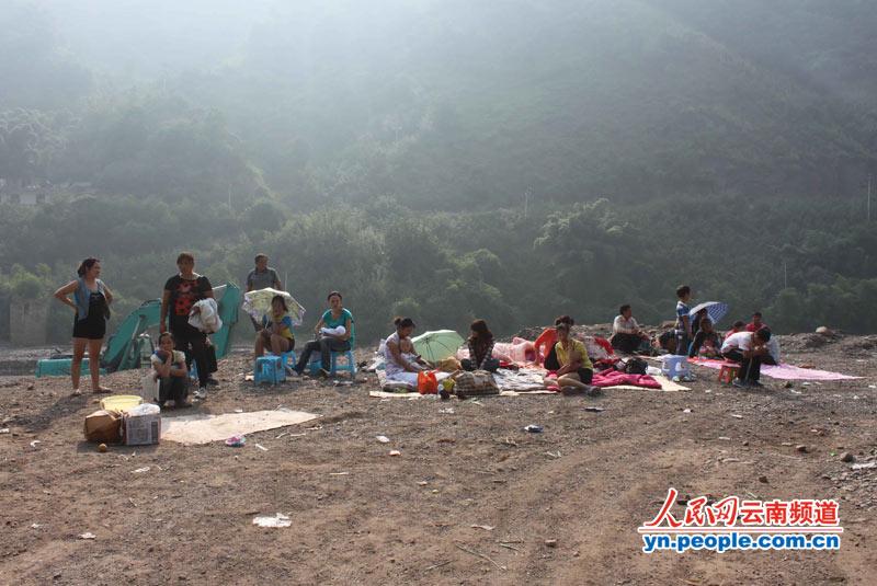 遭受地震灾害的受灾群众露宿野外空地.-30名专业应急救援队员徒步