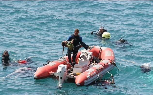女孩 一名/一名营救人员抱着一名在翻船事故中死亡的年轻女孩的尸体