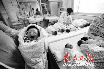 """今年医院里扎堆出生的\""""龙宝宝\"""",无法化解人口老龄化日趋严重的社"""