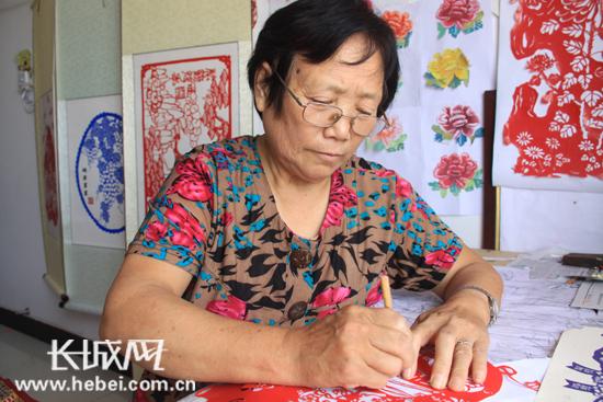 行唐民间艺人张瑞玲创作剪纸《喜迎十八大》