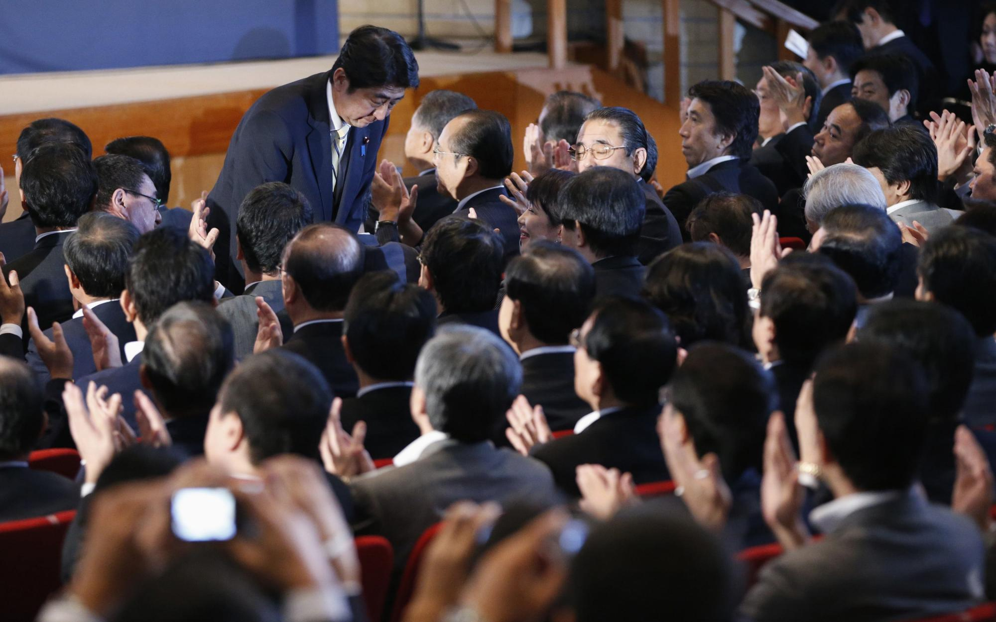 日本 自民党/9月26日,安倍晋三在当选自民党总裁后向同僚鞠躬致敬。