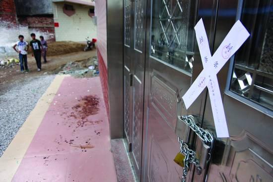 """9月23日,广西平南县""""红苹果午托""""的门前已贴上了封条。"""