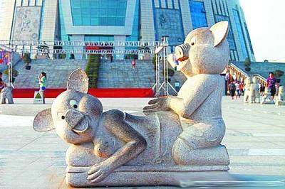 """郑州""""中原福塔""""广场小猪雕塑"""