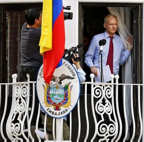 "阿桑奇在厄瓜多尔驻英国大使馆的阳台公开露面src=""http://y2.ifengimg.com/news_spider/dci_2012/09/ffb4517663c87d4f005160c08f8f3768.jpg"""