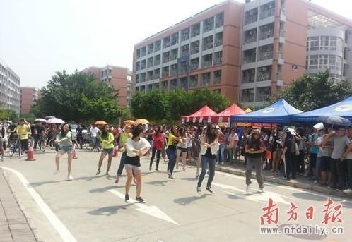 """大学生社团纳新 现场跳""""江南style""""图片"""