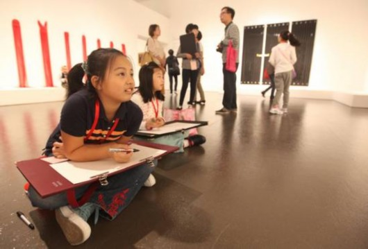 正在畫畫的孩子圖片