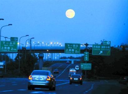 圆圆的月亮(照片)