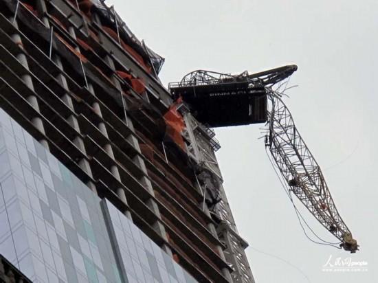 折断的吊车长臂仍悬在近百米的高空中。人民网记者任建民摄
