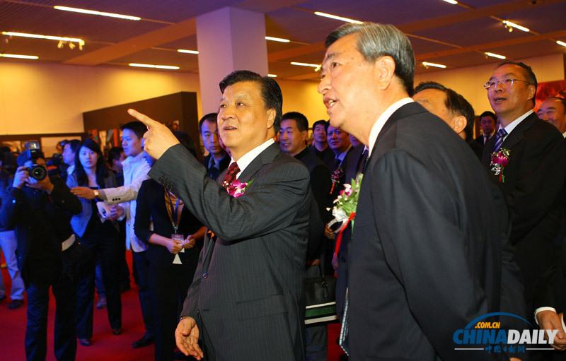 中共中央政治局委员、中央书记处书记、中宣部部长刘云山(前左)出席开幕式并参观展览。(中国日报记者 邹红 摄)