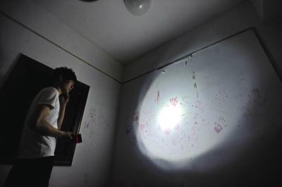 玩家在密室里找寻逃出的线索。记者苗剑